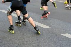 Medios patinadores del rodillo del maratón Fotografía de archivo libre de regalías
