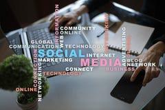 Medios red y márketing sociales Negocio, concepto de la tecnología Nube de las palabras en la pantalla virtual fotos de archivo libres de regalías