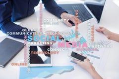 Medios red y márketing sociales Negocio, concepto de la tecnología Nube de las palabras en la pantalla virtual Foto de archivo