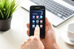 Medios sociales App en el dispositivo de Samsung Foto de archivo libre de regalías
