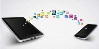 Medios sociales, comunicación en las redes globales del smartphone Foto de archivo
