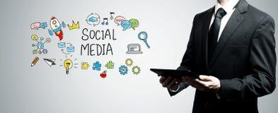 Medios sociales con el hombre que sostiene la tableta imágenes de archivo libres de regalías
