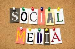 Medios sociales de los títulos de periódico del recorte fijados a un BU del corcho Imagenes de archivo