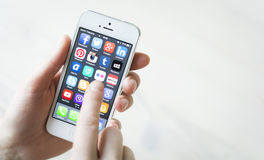 Medios sociales en el iPhone 5 foto de archivo libre de regalías