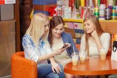 Medios sociales en hacer compras de las mujeres Fotos de archivo libres de regalías