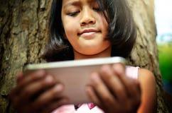 Medios sociales en la mano de la muchacha Foto de archivo libre de regalías