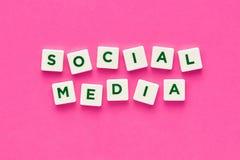 Medios sociales escritos con las letras en fondo rosado imágenes de archivo libres de regalías