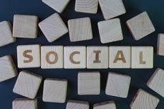 Medios sociales o concepto humano de la comunidad, bloque de madera del cubo con la cosechadora del alfabeto la palabra social en fotografía de archivo libre de regalías
