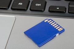 Medios tarjeta del SD en un ordenador portátil Fotos de archivo libres de regalías