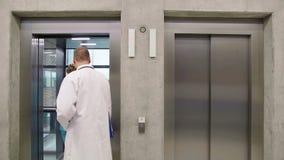 Medique e nutra a interação um com o otro e entrar no elevador vídeos de arquivo