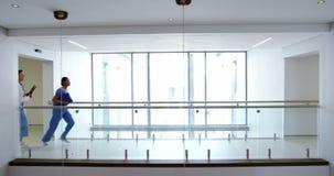 Medique e nutra o corredor no corredor do hospital vídeos de arquivo