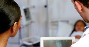 Medique e nutra a vista do relatório do raio X na tabuleta digital vídeos de arquivo