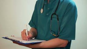 Medique a escrita de um relatório, prescrição de Rx, descarregando um paciente vídeos de arquivo