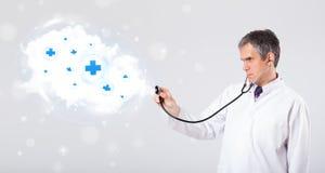 Medique a escuta a nuvem abstrata com sinais médicos Fotografia de Stock Royalty Free