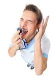 Medique a gritaria no stethoscop Imagens de Stock Royalty Free