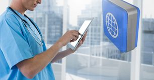 Medique guardar o telefone com ícone do mundo 3D por janelas da cidade Foto de Stock Royalty Free