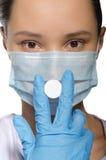 Medique guardar um comprimido em sua máscara fechado da boca Imagens de Stock