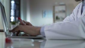 Medique a informação de datilografia do tubo de ensaio, adicionando resulta ao informe médico, laboratório filme
