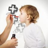 Medique a mão que dá a dose da colher do xarope bebendo líquido da medicina Imagem de Stock Royalty Free