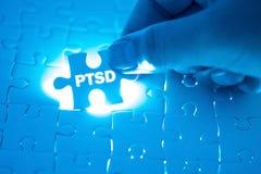 Medique a mão que guarda um enigma de serra de vaivém com PTSD - afixe s traumático fotografia de stock royalty free