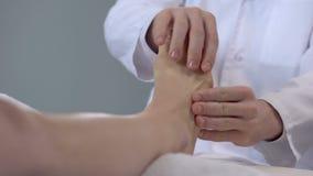 Medique a massagem dos pés pacientes, procedimentos da reabilitação após a fratura do pé video estoque