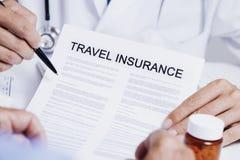 Medique mostrar um seguro do curso a um homem fotografia de stock royalty free