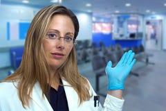 Medique a mulher que apresenta e que mostra a entrada ao corredor imagens de stock royalty free