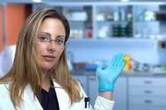 Medique a mulher que mostra a consulta médica da clínica fotos de stock
