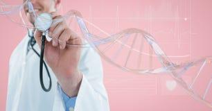 Medique o homem com uma bola com a costa do ADN 3D contra o fundo cor-de-rosa Imagens de Stock Royalty Free