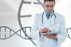 Medique o homem que usa uma tabuleta com as costas do ADN 3D Imagens de Stock Royalty Free