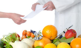 Medique o nutricionista que dá um plano da dieta a seu paciente Imagem de Stock