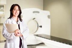 Medique o radiologista na varredura de CAT do CT com carta Fotos de Stock