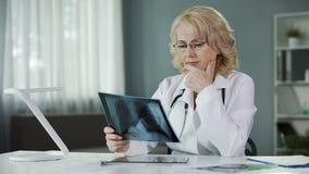 Medique o raio X de exame dos pulmões do paciente que fazem anotações nos informes médicos filme