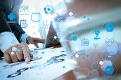 Medique o trabalho com o laptop no escritório médico do espaço de trabalho foto de stock