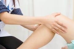 Medique o traumatologist examina o joelho do paciente fotos de stock royalty free
