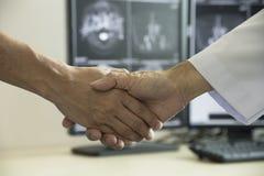 Medique shaing uma mão paciente no escritório médico fotografia de stock