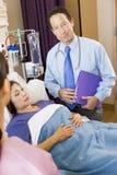 Medique Standing Paciente Quarto Fotografia de Stock