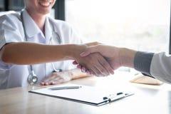 Medique ter a agitação das mãos aos congrats com o paciente após recomendam o tratamento ao discutir explicando seus sintomas fotos de stock