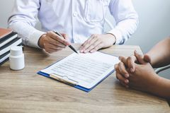 Medique ter a conversação com o quando paciente que discute explicando sintomas ou saúde do diagnóstico do conselho e para consul foto de stock