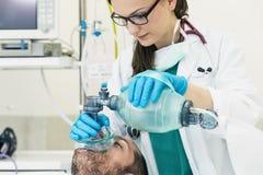 Medique usando a ressuscitação da bola com um paciente Fotos de Stock