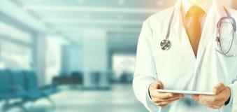 Medique usando a tabuleta digital na clínica, a tecnologia moderna na medicina e o conceito dos cuidados médicos Imagens de Stock Royalty Free