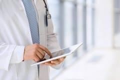 Medique usando uma tabuleta digital, close-up das mãos Conceito dos cuidados médicos imagens de stock