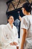 Medique a verificação de reflexos de seu paciente com o martelo reflexo Fotos de Stock Royalty Free