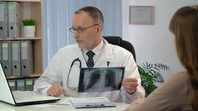 Medique a verificação de resultados da análise no portátil e a vista do raio X dos pulmões, nomeação vídeos de arquivo