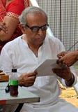 Medique a vista do teste da carta indiana da leitura do homem, em um acampamento médico fotos de stock royalty free