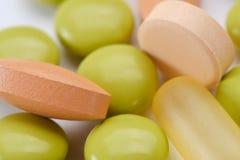 Medisch abstract concept pillen en tablettencapsule op witte achtergrond Stock Foto's