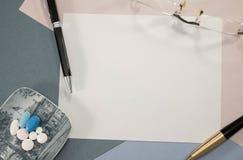 Medisch bureau met verscheidene te schrijven geneeskunde en ruimte royalty-vrije stock foto