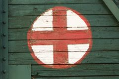 Medisch die symbool op oud spoorwegvervoer wordt geschilderd stock fotografie