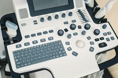Medisch materiaal voor ultrasone diagnostiek in een kliniek Binnenland van het ziekenhuisruimte met ultrasone apparaten royalty-vrije stock fotografie