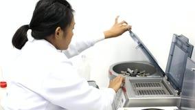 Medisch personeel die in een laboratorium werken stock video